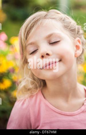 Close Up retrato de joven con los ojos cerrados