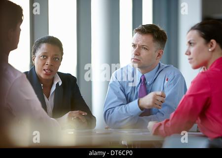Los compañeros de negocio en reunión