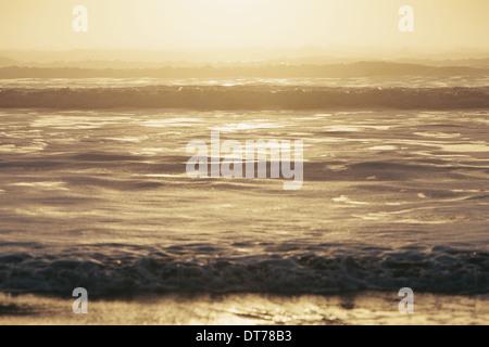 Seascape al anochecer, olas rompiendo en la orilla. Zona de mareas. En las costas del Parque Nacional Olímpico en Foto de stock