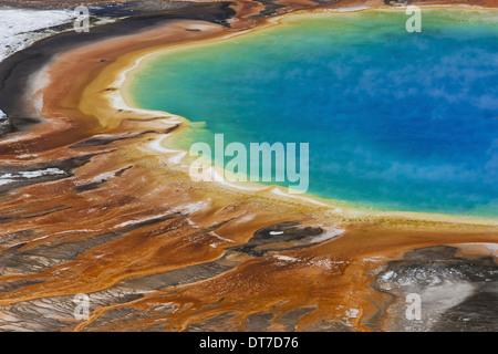 Grand Prismatic Spring, una piscina azul turquesa brillante actividad geotérmica ricos yacimientos minerales del Parque Nacional Yellowstone, Wyoming