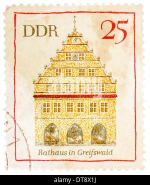 Rda- circa 1974: un sello impreso en la República Democrática Alemana (Alemania Oriental) muestra Greifswald ayuntamiento, circa 1974