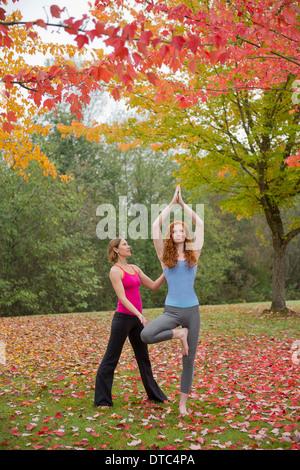 Instructor de Yoga mujer joven en el bosque