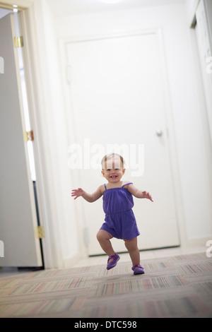 Niño Niña aprendiendo a caminar Foto de stock