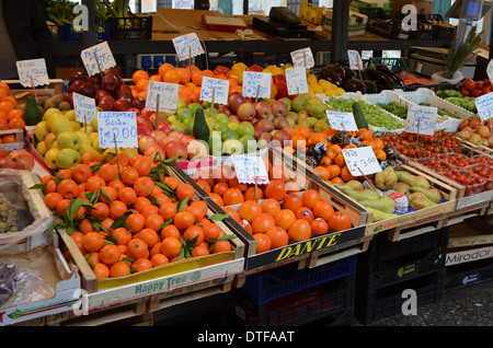 Venecia, Italia.una pantalla de frutas en el mercado junto al Rialto.
