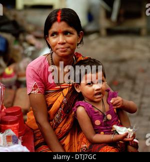Tikka vendedor e hija en el templo hindú de Kalighat EN CALCUTA Calcuta en Bengala Occidental en la India en el Foto de stock
