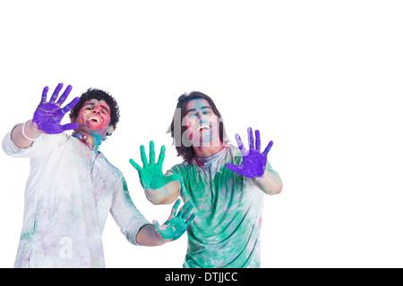 Amigo de color mostrando sus manos mientras se celebra Holi Foto de stock