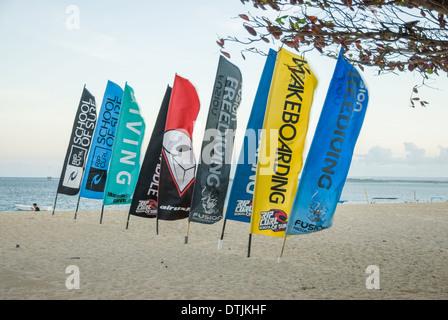 Banderas con marcas deportivas del surf en la playa durante un día ventoso Sanur Tailandia