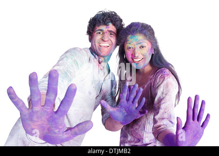Pareja de color mostrando sus manos mientras se celebra Holi Foto de stock