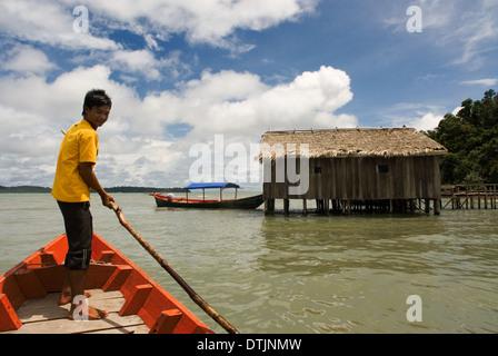Cabaña en el Parque Nacional de Ream. Un barco rojo enfoques. El Parque Nacional de Ream está a 18 km del centro de la ciudad de Sihanoukville, hacia