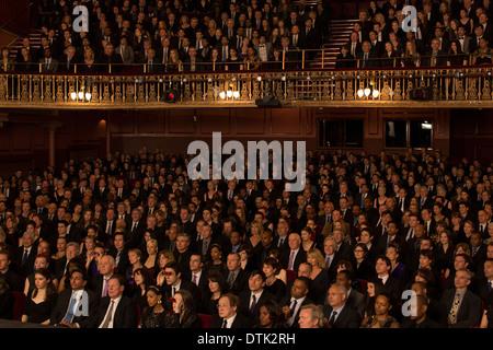Público viendo el rendimiento en teatro.