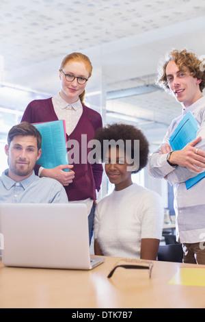 Gente de negocios sonriendo en reunión