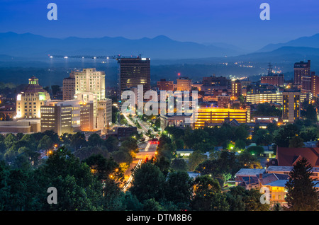 En Asheville, Carolina del Norte, EE.UU. en la penumbra.