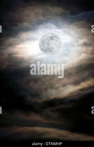 Luna llena ascendiendo sobre montañas rocosas, Salida, Colorado, EE.UU. Foto de stock