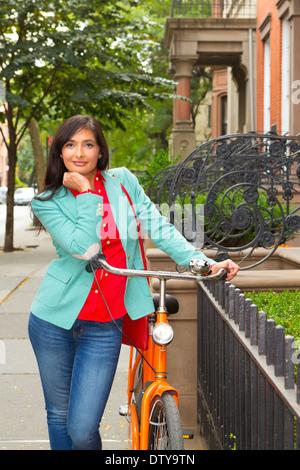 Mujer de raza mixta con bicicleta, Brooklyn Heights, Nueva York, Estados Unidos