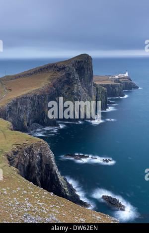 Faro de Neist Point, el punto más al oeste en la Isla de Skye, Escocia. En invierno (de noviembre) de 2013. Foto de stock