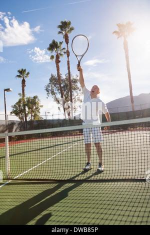 Tenis masculino Senior jugador jugando en la cancha