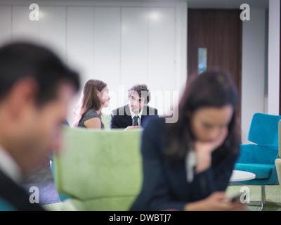 Los compañeros de negocio en sesión en Office