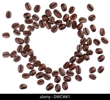 Los granos de café corazón aislado sobre fondo blanco cerrar