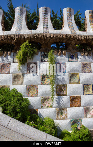 Una pared de mosaico en el Parc Güell de Gaudí en Barcelona en la región catalana de España