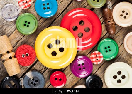 Conjunto de botones en la costura de color de fondo de madera