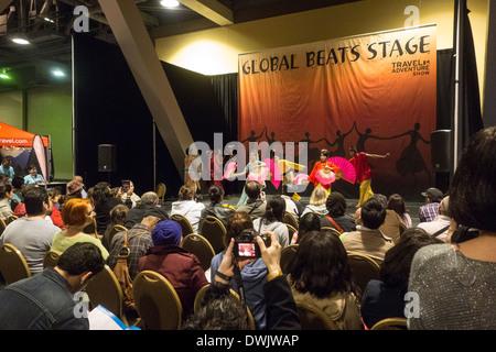 Danza de las danzas asiáticas en traje tradicional en nuestro Travel Trade Show en Los Angeles California Estados Unidos