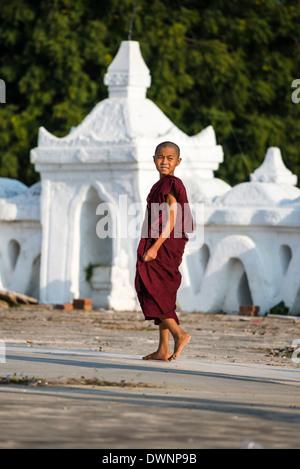 Joven monje budista o novato, Hsinbyume pagoda budista o Pagoda Myatheindan, Mingun, División de Sagaing, Myanmar