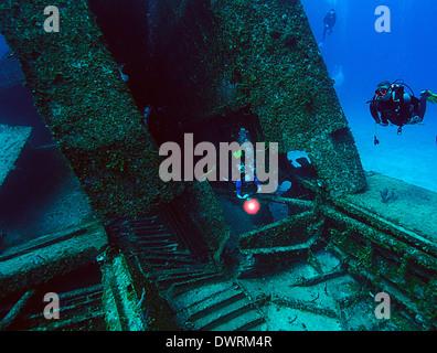 Los buceadores exploran la Odisea naufragio en Roatán, Honduras. El 300 carguero de pie se hundió en 110 pies de agua en noviembre de 2002.