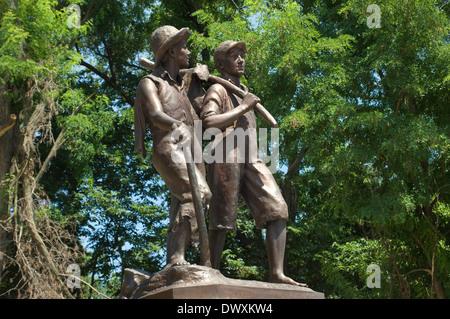 Huck Finn y Tom Sawyer estatua cerca de mi infancia en casa de Mark Twain, Hannibal, Missouri. Fotografía Digital. Foto de stock
