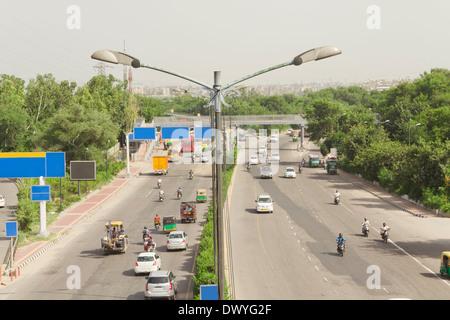 Indian el tráfico en la carretera, el tráfico en la autopista, vista elevada de tráfico. Lado carretera, coche, auto, bicicleta, transporte, Foto de stock