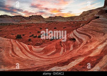 Puesta de sol sobre la arenisca formación conocida como la ola de fuego en Nevada, el Parque Estatal Valle del Fuego.