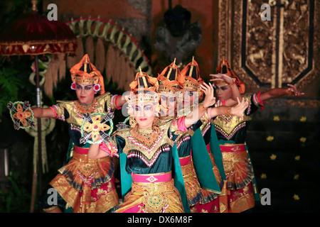 Bailarines balineses en el escenario realizando la danza Legong en Ubud, Bali.