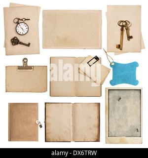 Hojas de papel sucio de antigüedades con reloj y llave aislado sobre fondo blanco. Foto de stock