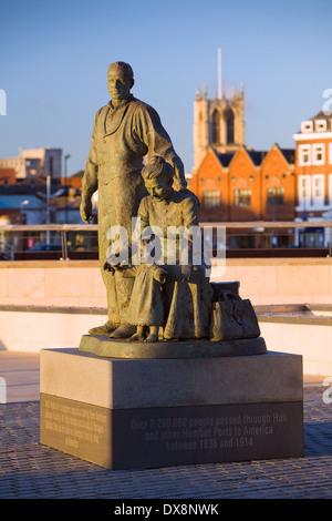 Neil Hadlock la estatua de la Virgen sobre la inmigración y la ciudad de Kingston-upon-Hull. Marina Hull, East Yorkshire. De marzo de 2014. Foto de stock