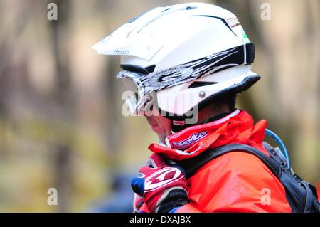 Un hombre strapping un casco de bicicleta durante los ensayos de la competencia.