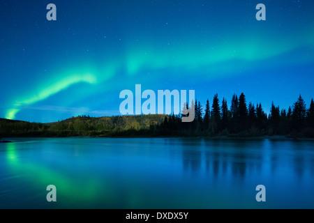 El Aurora Borealis (Luces del Norte) sobre el río Klondike, territorios de Yukón, Canadá