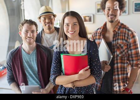 Retrato de seguros de personas de negocios informal en Office