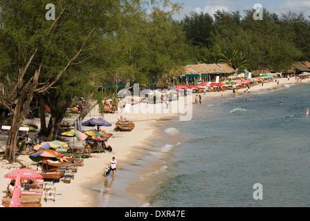Playa de Sihanoukville. Al anochecer se convierte en el lugar de encuentro para saborear una buena cerveza. Sihanoukville (Krong Preah Seihanu), anteriormente Kompo