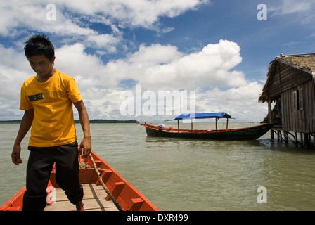 Cabaña en el Parque Nacional de Ream. Un barco rojo enfoques. El Parque Nacional de Ream está a 18 km del centro de la ciudad de Sihanoukville, hacia P