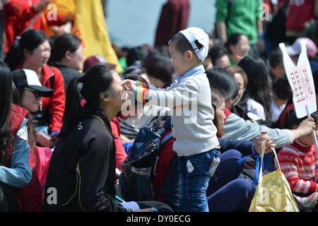Nanjing, China la provincia de Jiangsu. 2 abr, 2014. Un niño autista interactúa con un instructor de kindergarten durante un evento de bienestar infantil en Nanjing, capital de la oriental provincia de Jiangsu de China, 2 de abril de 2014. El miércoles, el evento fue organizado por el centro de formación infantil local para conmemorar el séptimo día mundial de concienciación del autismo. Los organizadores celebraron una serie de actividades interactivas con la esperanza de aumentar la preocupación social para niños con autismo. © Shen Peng/Xinhua/Alamy Live News Foto de stock