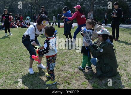 Nanjing, China la provincia de Jiangsu. 2 abr, 2014. Los padres y sus niños autistas jugar una partida durante un evento de bienestar infantil en Nanjing, capital de la oriental provincia de Jiangsu de China, 2 de abril de 2014. El miércoles, el evento fue organizado por el centro de formación infantil local para conmemorar el séptimo día mundial de concienciación del autismo. Los organizadores celebraron una serie de actividades interactivas con la esperanza de aumentar la preocupación social para niños con autismo. © Shen Peng/Xinhua/Alamy Live News Foto de stock