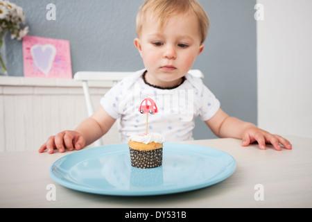 Baby Boy mirando cupcake