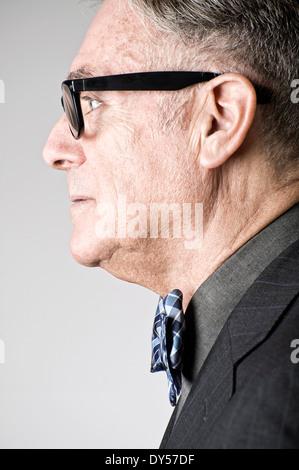 Retrato de altos hombre vestido con pajarita, vista lateral