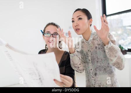 Dos de sus colegas mujeres discutiendo blueprint