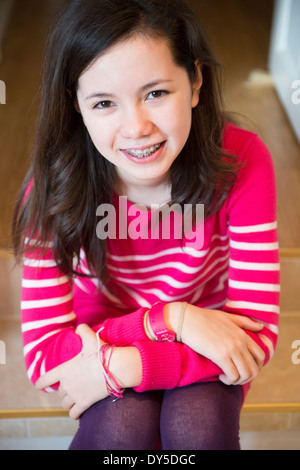 Retrato de chica con corsé dental, sonriendo