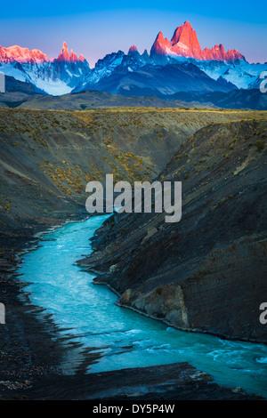 Monte Fitz Roy es una montaña situada cerca de la localidad de El Chaltén, Patagonia, Argentina Foto de stock