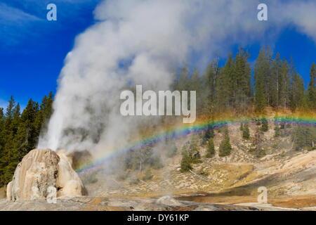 Lone Star Geyser estalla y crea arco iris, el Parque Nacional de Yellowstone, la UNESCO Sitio, Wyoming, EE.UU. Foto de stock