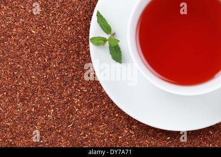 En una taza de té de Rooibos con un montón de espacio y una copia toronjil leaf