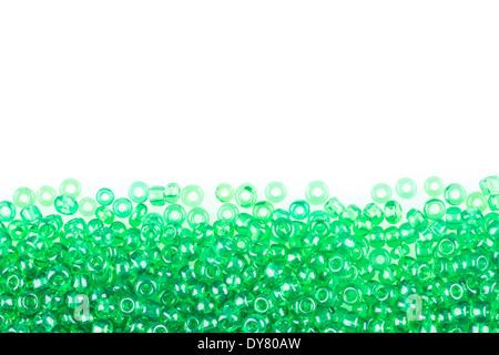 Perlas verdes sobre fondo blanco.