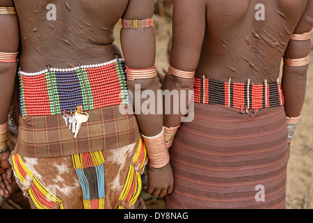 Mujer Hamer con brazaletes en un toro saltando cerca de Turmi ceremonia en el valle de Omo, Etiopía Foto de stock