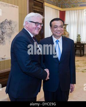 Beijing, China. 14 abr, 2014. Premier chino Li Keqiang (R) se reúne con el Ministro de Relaciones Exteriores alemán, Frank-Walter Steinmeier, en Beijing, China, 14 de abril de 2014. © Wang Ye/Xinhua/Alamy Live News
